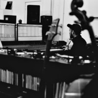 Compositeur et sound designer pro, donne cours de production musicale. Ableton / Steinberg / Native Instruments. Techniques de studio, analogue et digital. Studio pro à disposition pour la pratique.